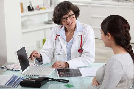 환자: 의사가 환자를 논의 스톡 사진