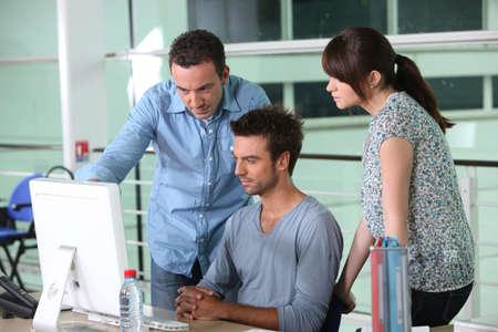 supervisi�n: Grupo de los dise�adores en la oficina