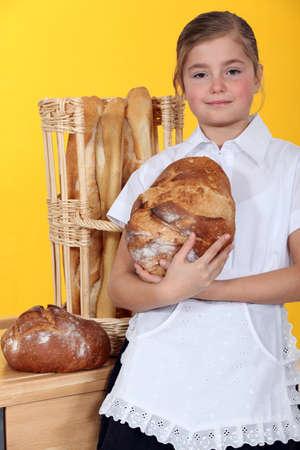 haciendo pan: Niña con pan fresco