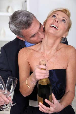 besos apasionados: El hombre besando a su esposa Foto de archivo