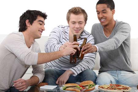 chilling out: Los hombres j�venes relajarse en casa Foto de archivo