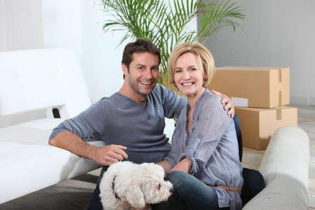 Déménagement de couple et de chien dans la nouvelle maison Banque d'images - 12218607
