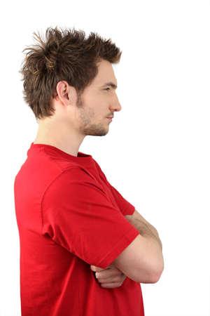 side profile: Profilo di vista l'uomo stava con le braccia incrociate