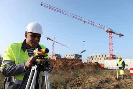 surveying: Un top�grafo con un Altometer Foto de archivo