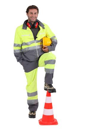 calzado de seguridad: trabajador de la construcción con el cono