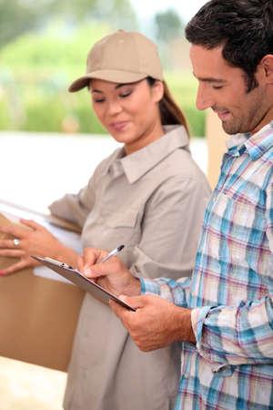 pakiety: Man podpisania za dostawę przesyłki Zdjęcie Seryjne