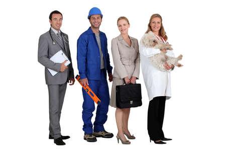 trabajos: dos hombres y dos mujeres que representan diferentes profesiones