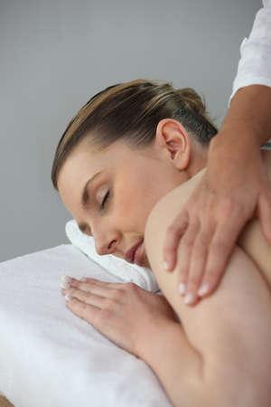 salon beaut�: Jeune femme se faisant masser dans un salon de beaut�