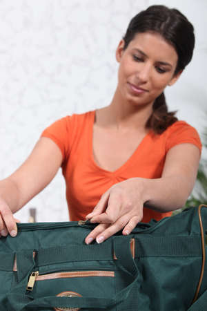 Femme d'emballage sac vert