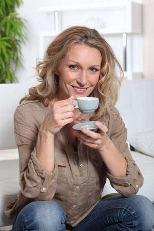 mujer tomando cafe: mujer tomando el té