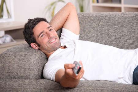viewing: ritratto di un uomo guardare la TV Archivio Fotografico