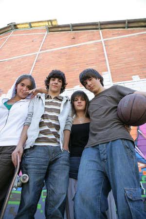 adolescentes estudiando: Grupo de adolescentes en la calle Foto de archivo