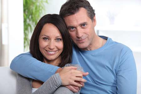 mittelfinger: Portr�t eines Paar mittleren Alters