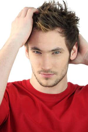 hair man: Man d'appliquer le produit sur les cheveux de style Banque d'images