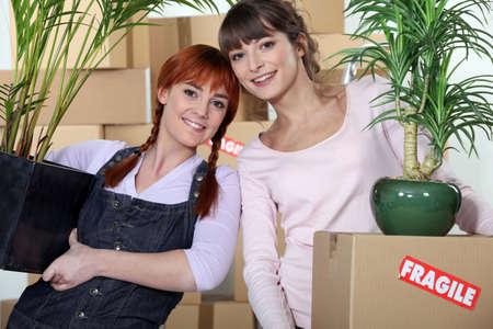 hospedaje: Las mujeres j�venes de mudarse a su nuevo apartamento