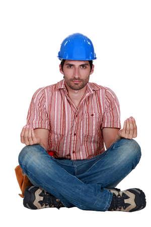 paz interior: Un trabajador de la construcción en la posición de loto.