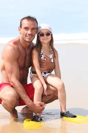 flippers: padre e hija en la playa