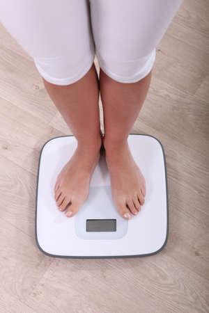 buena salud: mujer se pesa Foto de archivo