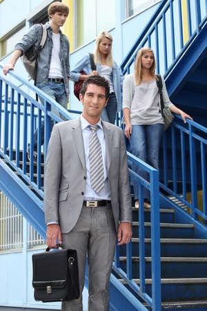 bajando escaleras: estudiantes y docentes en las escaleras Foto de archivo