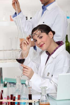 balanza de laboratorio: expertos en cata de vinos en un laboratorio