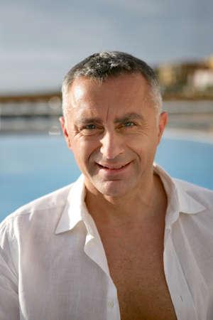vejez feliz: Retrato de un hombre de mediana edad Foto de archivo