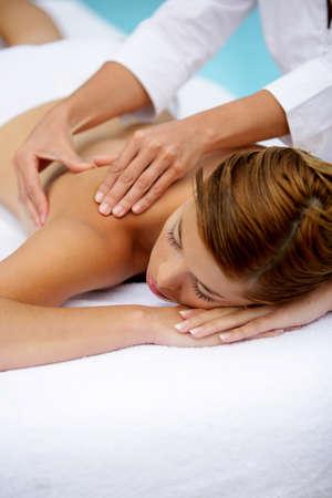thalasso: Femme recevant un massage du dos près de la piscine