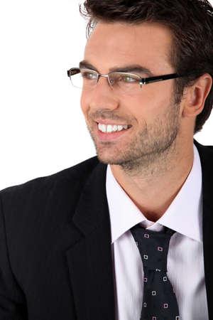 hombre de perfil: Retrato de hombre con gafas