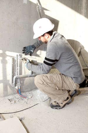 fontanero: Plomero trabajando en un sitio