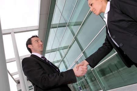 compromiso: la gente de negocios apretón de manos Foto de archivo