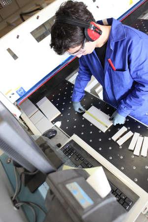 anti noise: Man operativo macchina da taglio in officina Archivio Fotografico