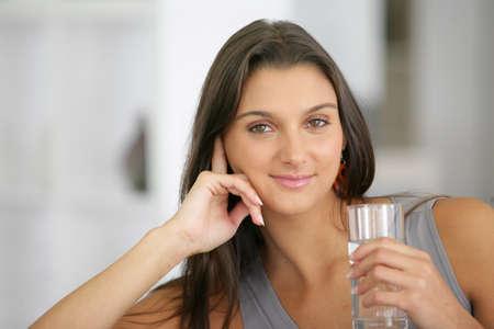puro: Mujer joven bebiendo un vaso de agua