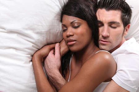 pareja durmiendo: Pareja abrazos en la cama Foto de archivo