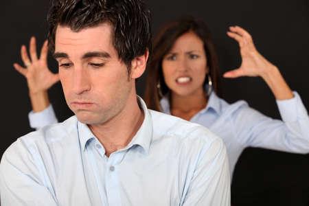mujer enojada: Pareja teniendo una discusión Foto de archivo