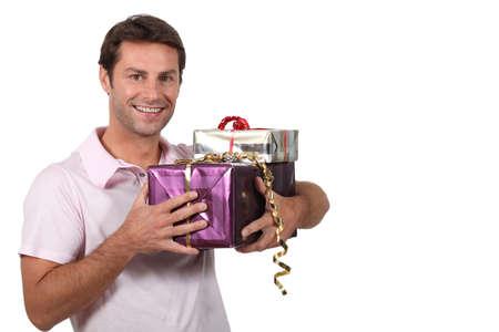 generoso: hombre que lleva los regalos Foto de archivo