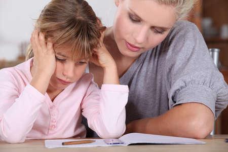 deberes: Madre e hija a hacer los deberes
