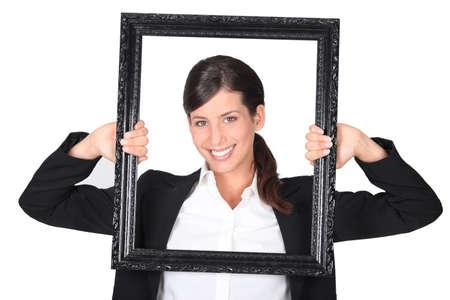 Vrouw met lege kunst frame
