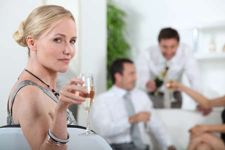 ritratto di una donna con un bicchiere di vino Archivio Fotografico