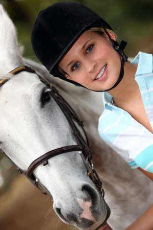 amateur: Retrato de una mujer joven con su caballo