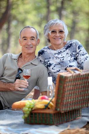 60 65 years: Senior couple enjoying a picnic