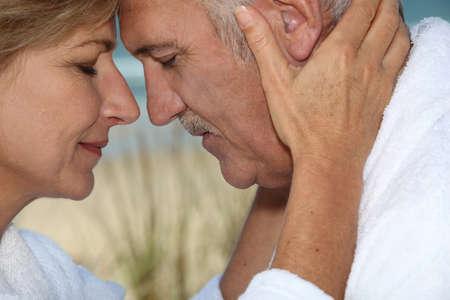 mujeres orando: Primer plano de una pareja madura en el amor