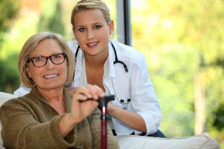 pielęgniarki: Starsza kobieta z pielÄ™gniarkÄ… Zdjęcie Seryjne