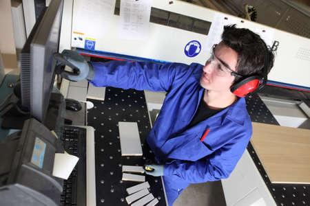 lopende band: Jonge man aan het werk in een magazijn