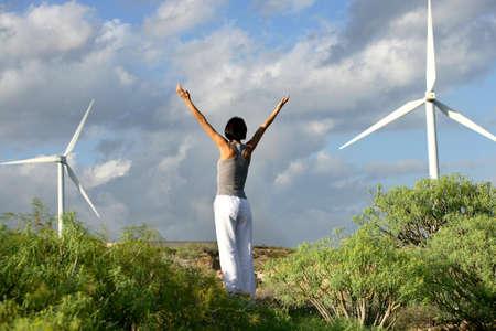aire puro: mujer joven haciendo ejercicios al aire libre