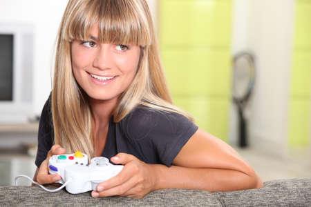 jugando videojuegos: mujer rubia jugando juegos de video Foto de archivo