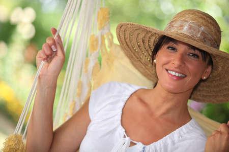 chapeau de paille: Femme dans un hamac Banque d'images