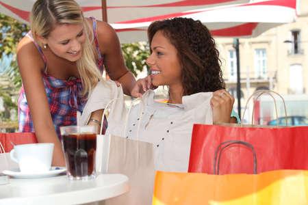 tarde de cafe: Viaje de compras femenino en la ciudad