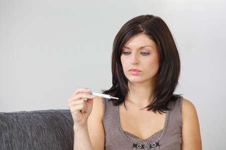 test de grossesse: Femme avec un test de grossesse