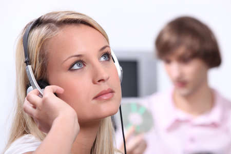16 19 years: Teenagers listening to music Stock Photo