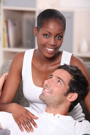 Couple affectueux assis sur un canapé