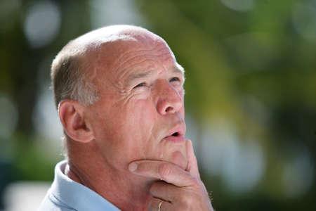 autonomia: Pensativo hombre calvo se puso en el jardín
